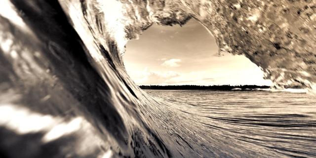 Magnifique vue de l'intérieur d'une vague Watershot Tube