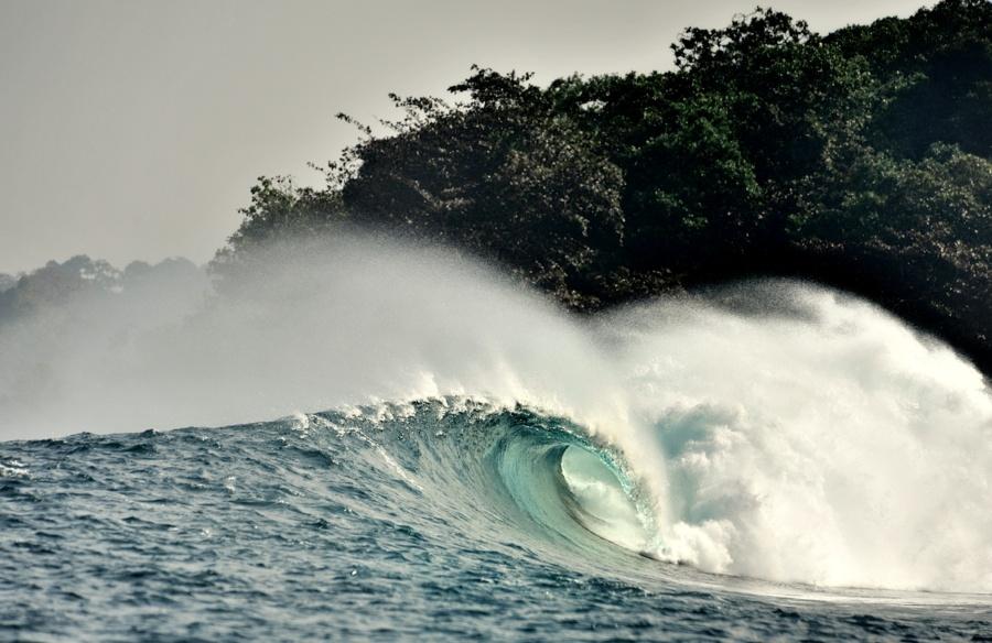 Déferlante du bout du monde Ile de Panaïtan à Java