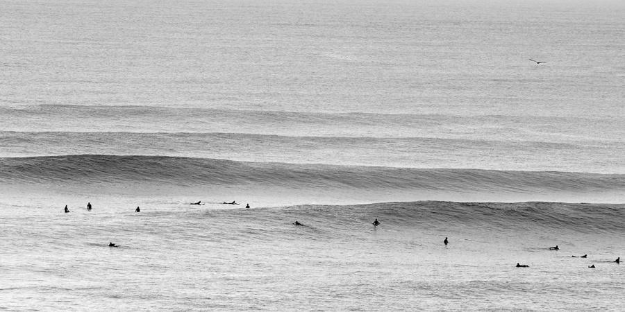 photo noir et blanc surf line up parlementia pays basque