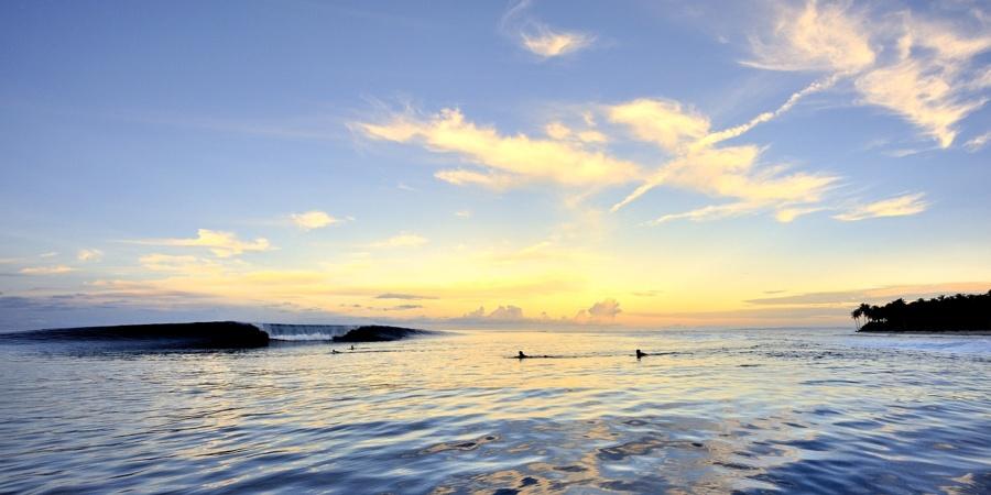 photo vague sunset couché de soleil surf indonésie